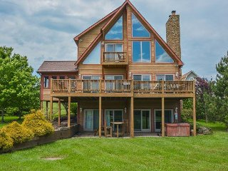 Lakefront home with lots of community amenities!