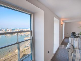 Midships - Ultra modern 2 bed apartment with panoramic sea views
