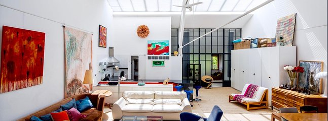 Artist loft/studio, full of light and art, terrace, sunshine. 3b 2bath. Metro.