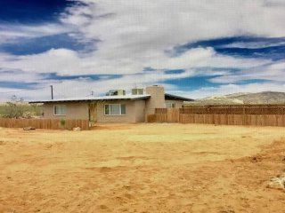 Desert Towne House: Minutes from Integratron