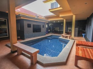 7 Bedroom Villa Sleeps 14 in Central Pattaya by HVT