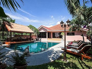 Modern 5 Bedroom Villa Sleeps 10 Close to Beach