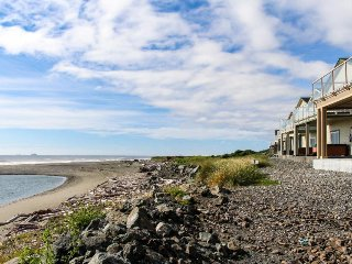 Oceanfront with hot tub, balcony, & fireplace. Dog-friendly!