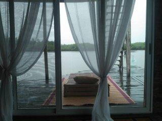 lodge les pieds dans l'eau au Bénin