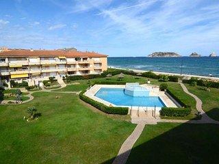 Apartamento confortable a 10 m playa con vistas mar, jardín y piscina.
