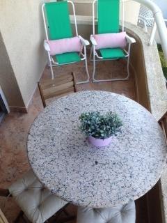 terraza con mesa y sillas para tomar el sol