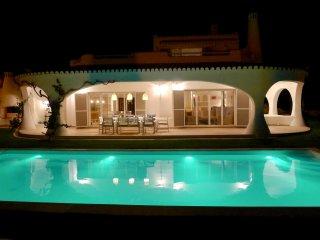 Villa avec vue mer, piscine eau salee et chauffee, 5 minutes a pied des plages
