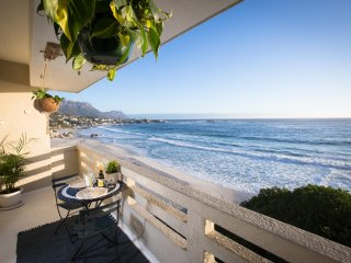 Beautiful Clifton 1st beach flat, spectacular views!