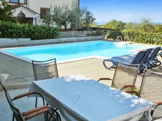 Flat w/ pool & sea view, near beach