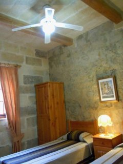 GUNO holiday house twin bedroom with ceiling fan