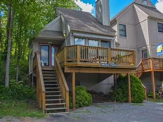 Cheerful & Inviting 2 Bedroom Townhome in the Heart of Deep Creek Lake!