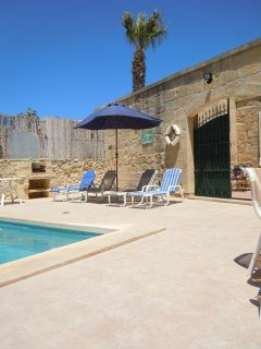 GIDI holiday house pool area leading to patio