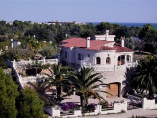 Traditional seaside villa in l'ampolla with beautiful garden and pool