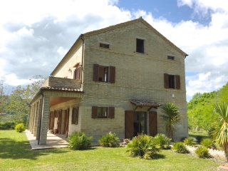 In Montelparo, Marche, impressive villa with 5 ensuite bedrooms & private garden