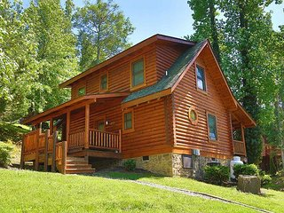 Dog Days a 2BR Cabin with bedside Jacuzzi and private bath in Master Suite