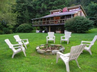 Riverhouse-free kayaking, hot tub, fire pit, fishing, hiking, large deck, games