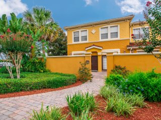 NEW! Luxury Townhome - 4 Bed - Minutes from Disney