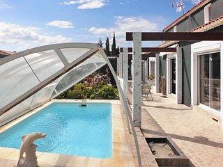 Villa by the coast w/ pool