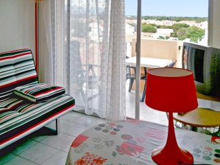 Sunny apartment w/furnished balcony