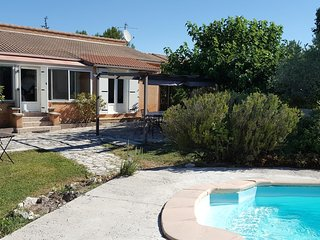 House with 3 rooms in Velleron, private pool, enclosed garden and WiFi - for 8!