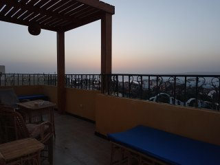 """Verona"" roof terrace, sea view, 200m to the red sea, pool, central, free Wifi"