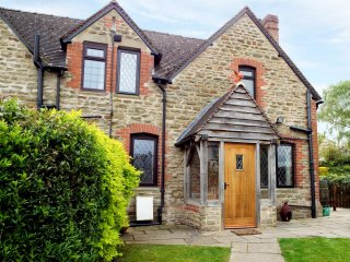 ALMS COTTAGE, semi-detached, cosy, woodburner, WiFi, private garden, walks nearb