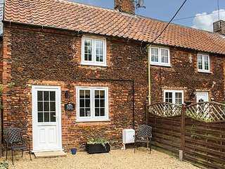 MEGGIE'S COTTAGE, coastal, sleeps four, large garden, Dersingham, Ref 958799