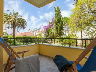 Spacious Estoril Garden Flat apartment in Estoril with WiFi, gedeelde tuin