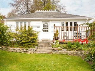 HOLLY COTTAGE, pet friendly, sleeps two, king size, Strathpeffer, Ref 956920