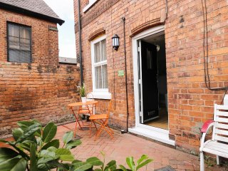 BRICKWORKS COTTAGE, town house, sleeps two, patio, Chester, Ref 953603