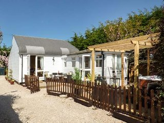 DOVE COTTAGE, sleeps four, king-size, open plan, Hesketh Bank, Ref 938412