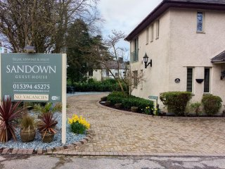 SANDOWN, detached pet-friendly house near lake and amenities in Bowness Ref