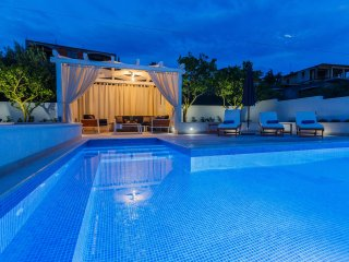 Deluxe 4* Apartment Giovanni with heated pool