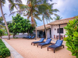 Little Parrot Beach Villa, Right On The Beach, A/C, Friendly staffe and wi-fi