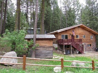 Bear Paw Cabin with lodge style decor and walking distance to all in McCall