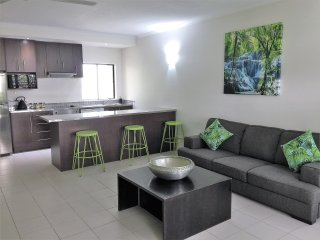 PALM COVE QLD ACCOMMODATION - 2 B/R, 2 BTH POOL ACCESS APARTMENT