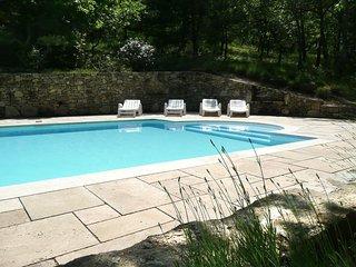 Villa de caractère  au calme avec grande piscine privée