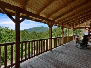 Newly Furnished Mountain Cabin With Spetacular Views and Close to Everything