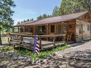 Relaxing cabin retreat, sleeps 8, approved pets ok