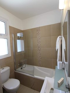 ...with en-suite bathroom/shower room