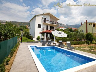 Apartment Mihanovic with pool and arbor