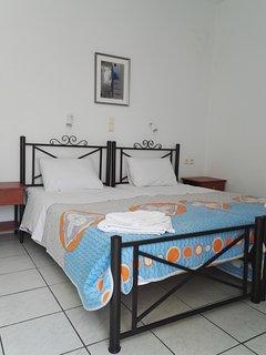Une chambre à deux lits fraîche et confortable