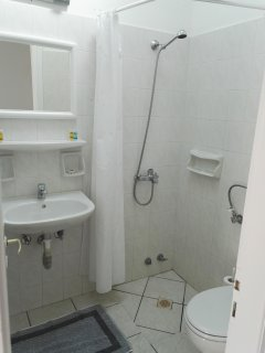 Une salle de bain avec douche claire et aérée