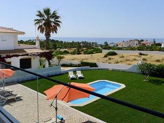Appartment, vue magnifique sur la mer, terrasse, jardin et piscine d'eau sale