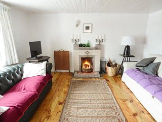 BALLYLUSKY, detached, open fires, WiFi, beach 1 mile, near Ballydavid, Ref