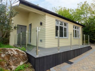 HIDDEN GEM CABIN, sleeps four, en-suite, open plan, Lettermacaward, Ref 960302