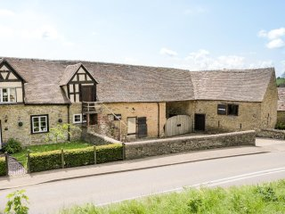 BRANDWOODS BARN, exposed beams, woodburner, WiFi, roll-top bath, near Craven