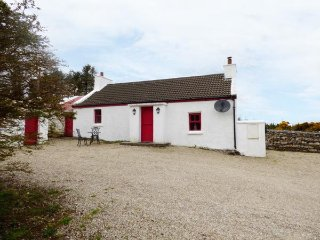 SARAH'S COTTAGE, woodburner, en-suite, garden, romantic base, in Creeslough