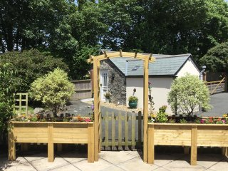 BRAMBLE BARN cosy studio retreat, parking, private patio, close to many places