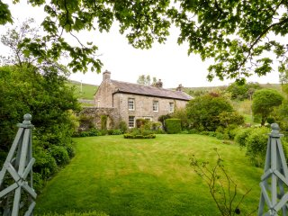 HILLTOP HOUSE, Grade II listed, large grounds, hot tub, woodburning stove, near